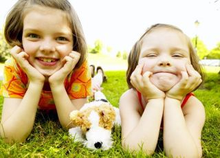 dzieci, dziewczynki, lato, uśmiech, maskotka