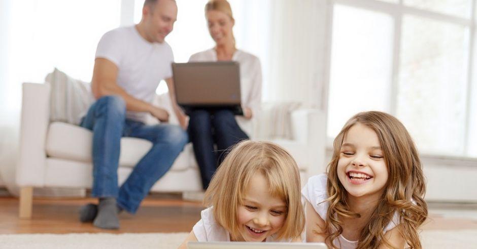 dzieci, dziewczynki, rodzice, tablet, komputer, laptop, zabawa