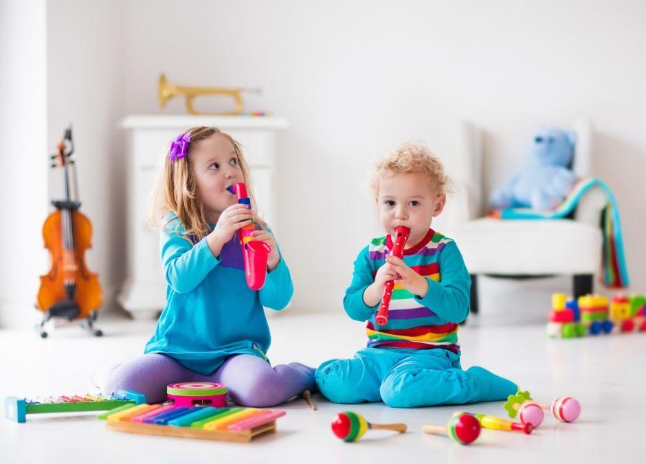 Dzieci grają na zabawkowych instrumentach