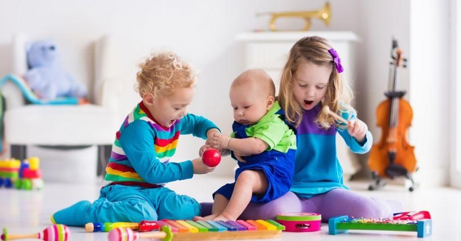 dzieci i instrumenty muzyczne