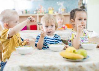 Dzieci jedzą posiłek w przedszkolu