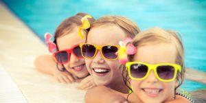 dzieci kąpią się w basenie