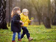 dzieci na wiosennym spacerze