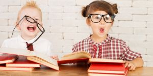 dzieci odrabiają lekcje