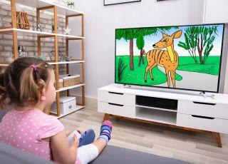 dzieci oglądają w żłobku bajki