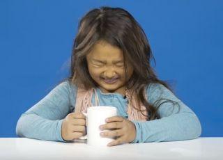 Dzieci piją kawę po raz pierwszy w życiu – film