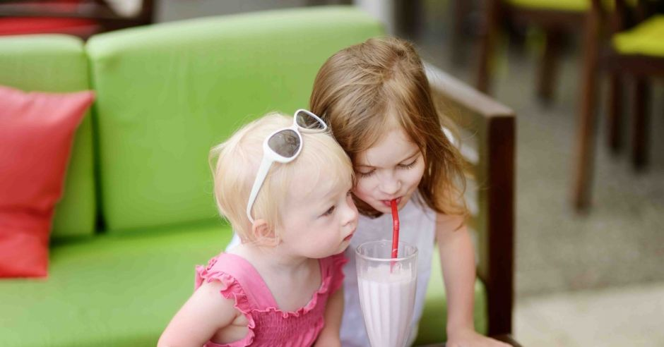 Dzieci piją mleczny koktajl