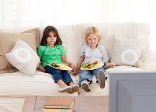 dzieci, telewizja, obiad, dziecko i telewizor, jedzenie przed telewizorem