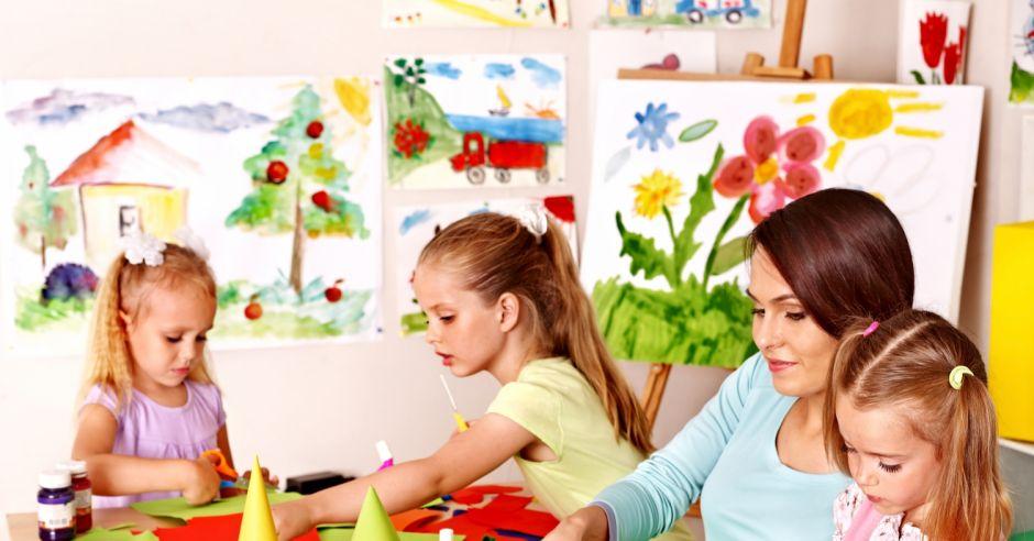 Dzieci w przedszkolu wykonują prace plastyczne