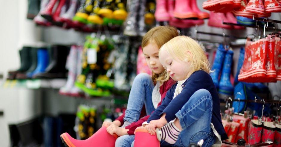 dzieci w sklepie