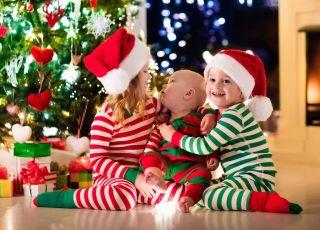 Dzieci w świątecznych piżamach