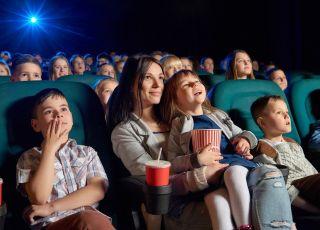 Dzieci z mamą w kinie