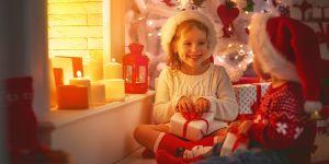 dzieci z prezentami na mikołajki