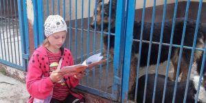 Dzieci ze Słupska czytają psom ze schroniska