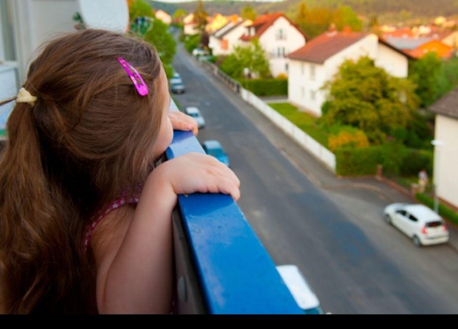 dziecko, balkon