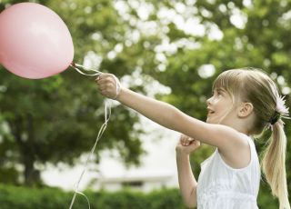 dziecko, balonik, spacer, zabawa