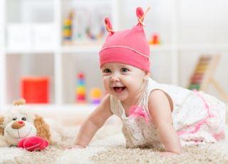 dziecko bawi się i rozwija zmysły