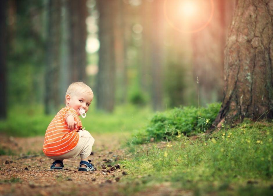 dziecko bawi się na leśnej ścieżce - to niebezpieczne