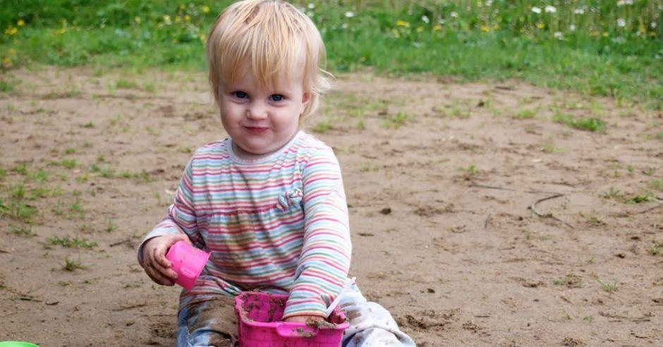 dziecko bawi się w piasku
