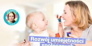 Dziecko bawi się z mamą malując farbami