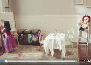 Dziecko bawiące się w pokoju
