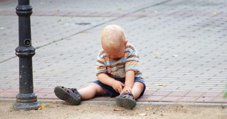 Dziecko bez opieki na ulicy