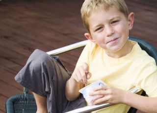 dziecko, chłopiec, kuchnia dla malca, jogurt, siedzieć, krzesło