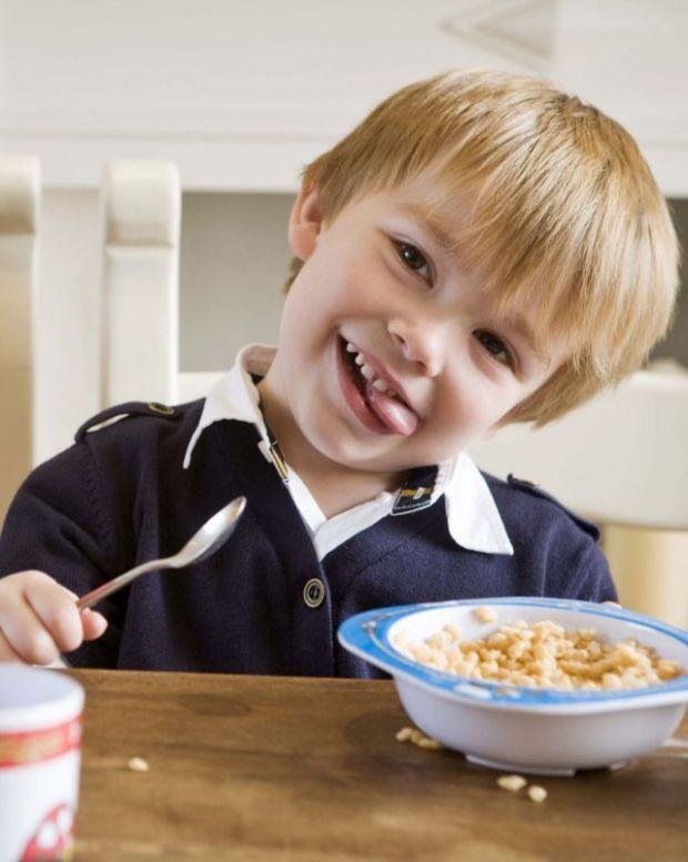 dziecko, chłopiec, kuchnia, miseczka, łyżeczka, jeść, uśmiech