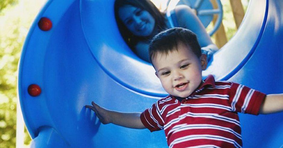 dziecko, chłopiec, plac zabaw, zjeżdżalnia