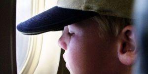 dziecko, chłopiec, samolot, okno, patrzeć