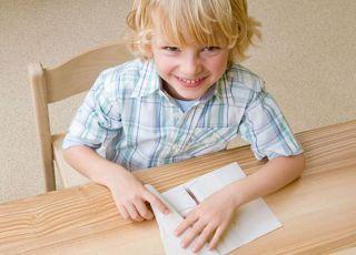 dziecko, chłopiec, uśmiech, stół, pisać, kartka