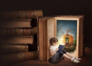 dziecko czyta bajkę