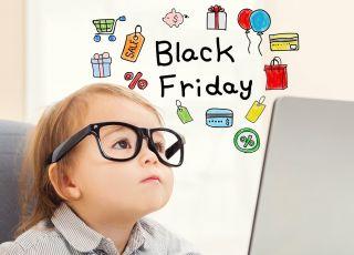 dziecko czyta o promocjach i obniżkach Black Friday