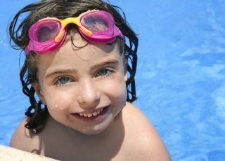 dziecko, dizewczynka, basen, okulary, pływać