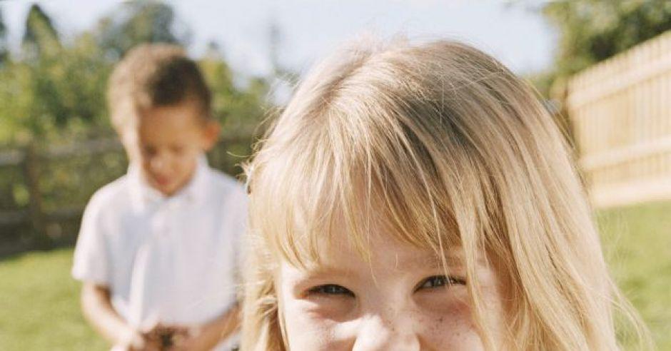 dziecko, dziewczynka, jesień, kasztany