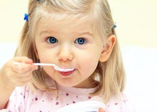 dziecko, dziewczynka, śniadanie, karmienie dziecka, płatki śniadaniowe