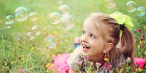 dziecko, dziewczynka, uśmiech, łąka, bańki mydlane