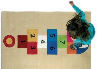 Dziecko gra w klasy