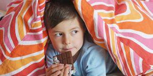 dziecko i czekolada