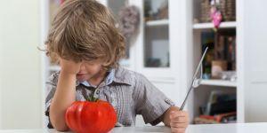 dziecko i pomidor