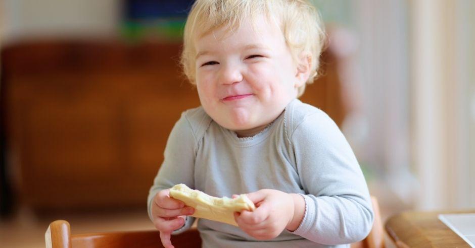 dziecko je kanapkę