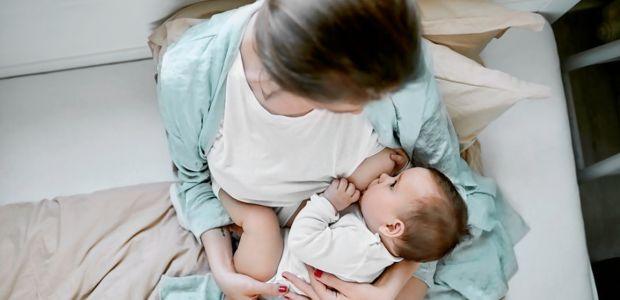 dziecko je mleko z piersi mamy