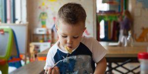 Dziecko je obiad w przedszkolu