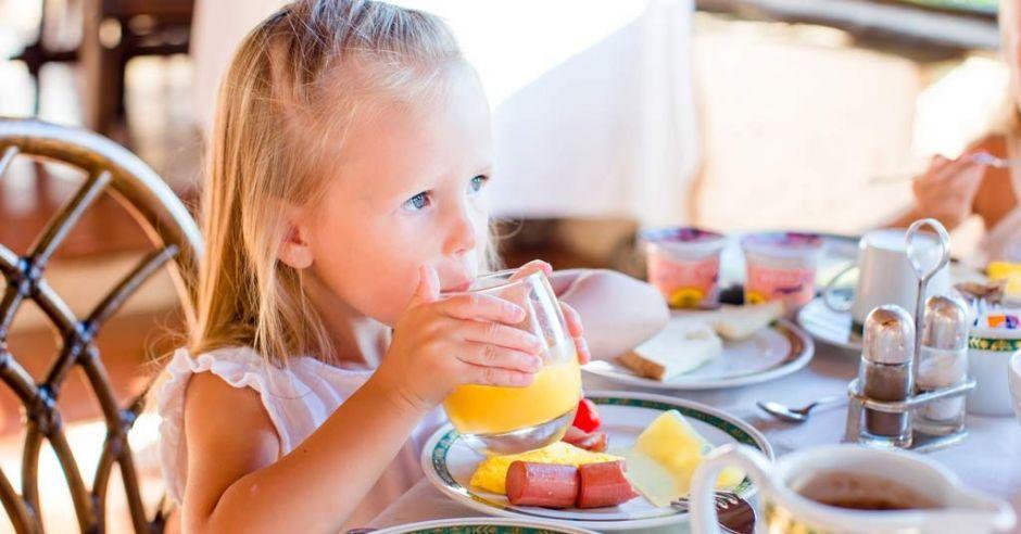 dziecko je śniadanie