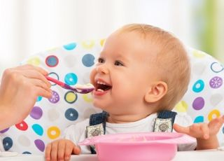 dziecko je w krzesełku do karmienia