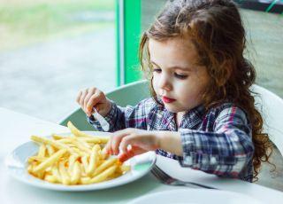 Dziecko jedzące frytki