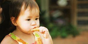 dziecko, jedzenie, spacer