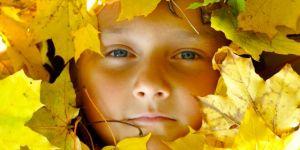 dziecko, jesień, liście