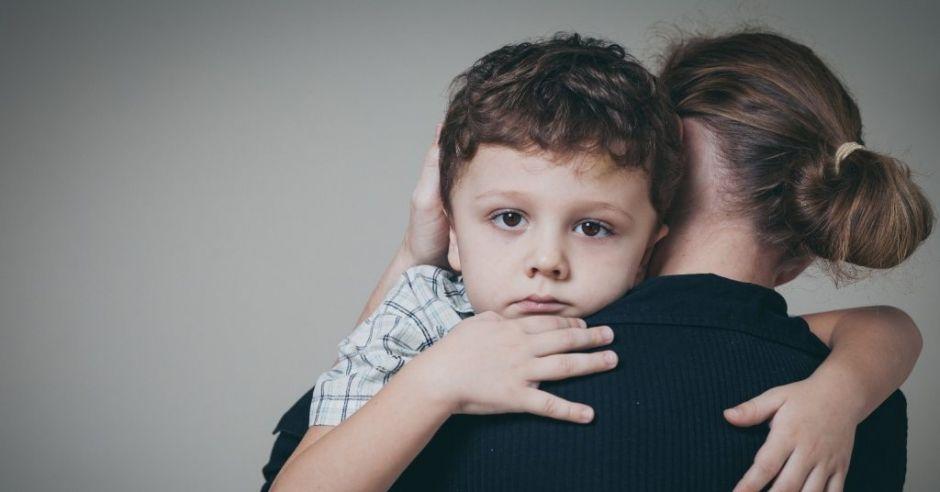 Dziecko jest ofiarą przemocy an tle seksualnym