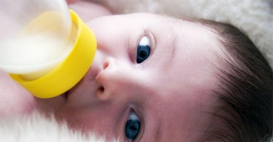 dziecko, karmienie butelką, mleko